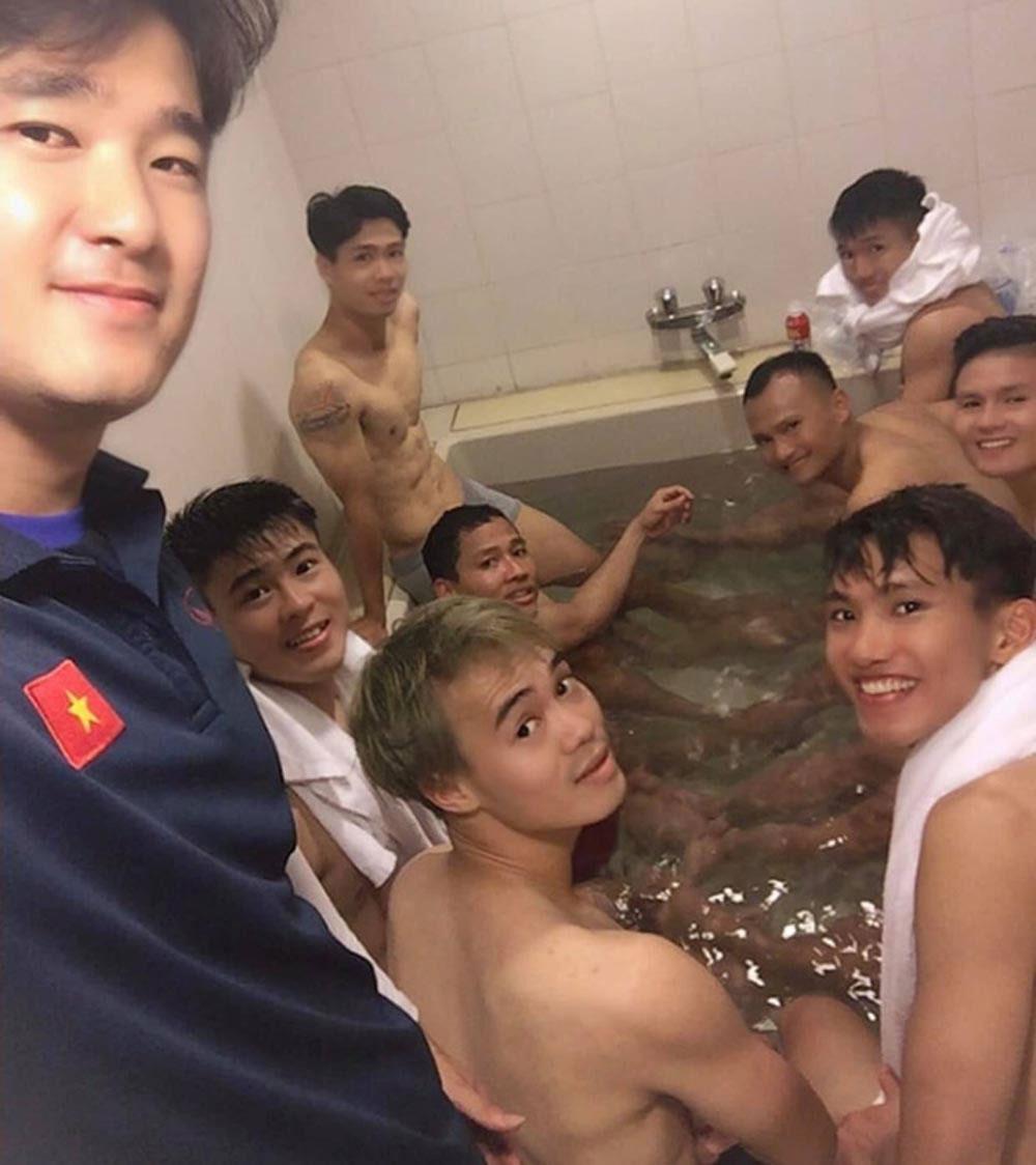 Sau trận thắng Malaysia, màn ngâm chân thư giãn, cầu thủ, fan xuýt xoa