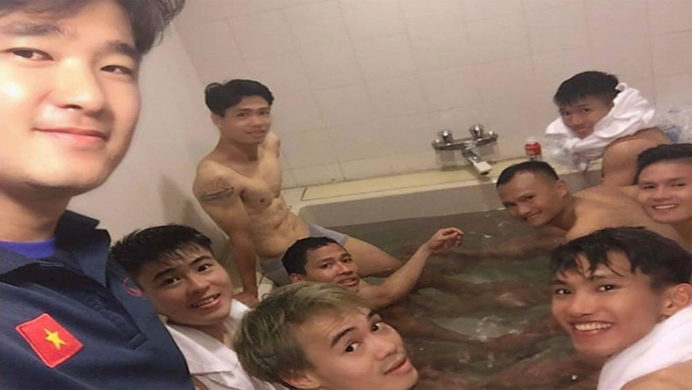 Sau trận thắng Malaysia, màn ngâm chân thư giãn của các cầu thủ khiến fan xuýt xoa