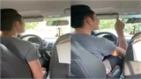 Chàng tài xế vui tính nói chuyện với hành khách bằng thơ
