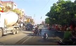 Cảnh sát khống chế đôi nam nữ dù bị ngã vẫn cố dựng xe bỏ chạy
