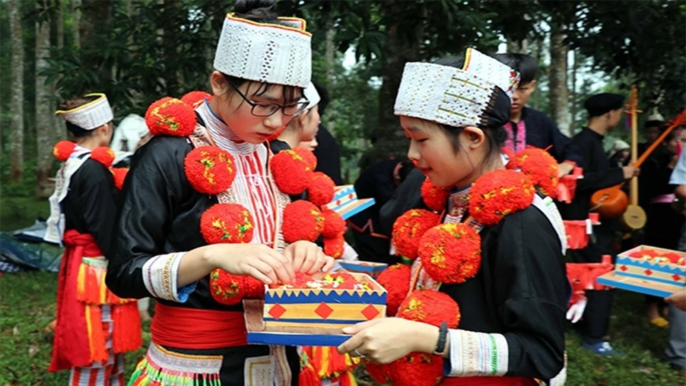 Decoration art, traditional costume, Red Dao people, national heritage, Tuyen Quang province, indigo colours