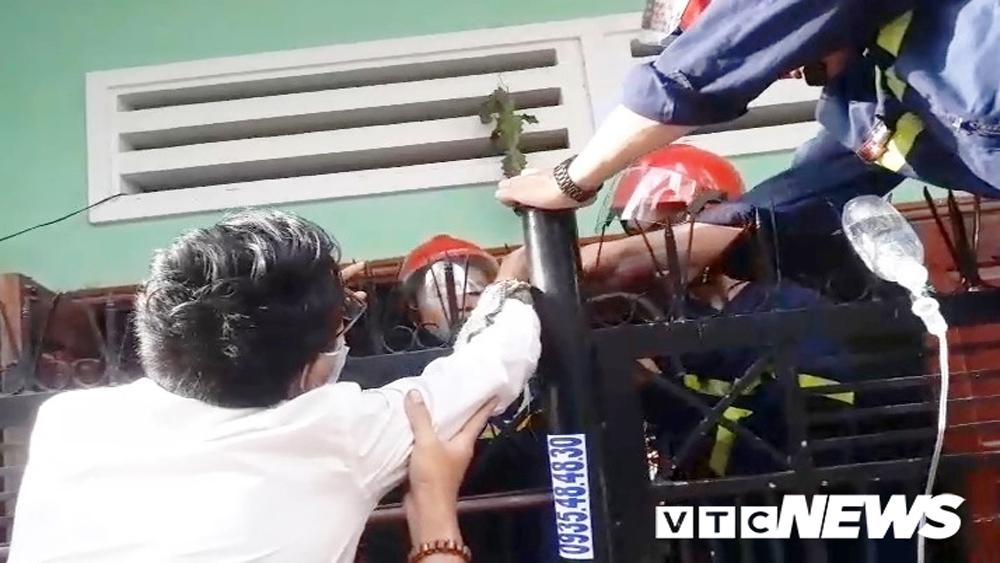 cảnh sát,  giải cứu, chông sắt đâm xuyên tay, hàng rào