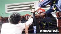 Hàng chục cảnh sát giải cứu người bị chông sắt đâm xuyên tay, mắc kẹt trên hàng rào