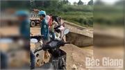 Xã Yên Định (Sơn Động): Hai đối tượng ngang nhiên ném rác xuống sông