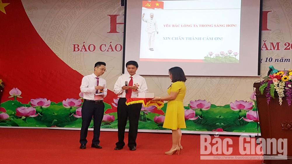 Thí sinh Trịnh Ngọc Minh, Đảng bộ huyện Tân Yên bốc thăm chọn giám khảo ở phần thi trả lời câu hỏi.