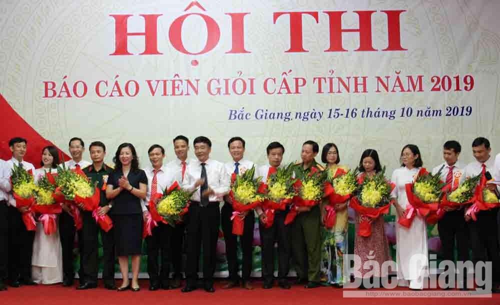 Đồng chí Lê Thị Thu Hồng và đồng chí Đỗ Đức Hà tặng hoa cho các thí sinh.