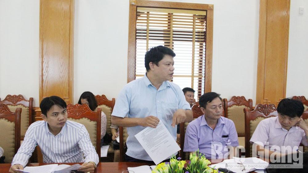 Ông Đỗ Tuấn Khoa, Giám đốc Bảo tàng tỉnh góp ý một số nội dung về tổ chức lễ hội xã Tiên Lục
