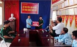Bộ CHQS tỉnh Bắc Giang hỗ trợ thôn Tân Hợp, xã Bắc Lý (Hiệp Hòa) làm đường bê tông