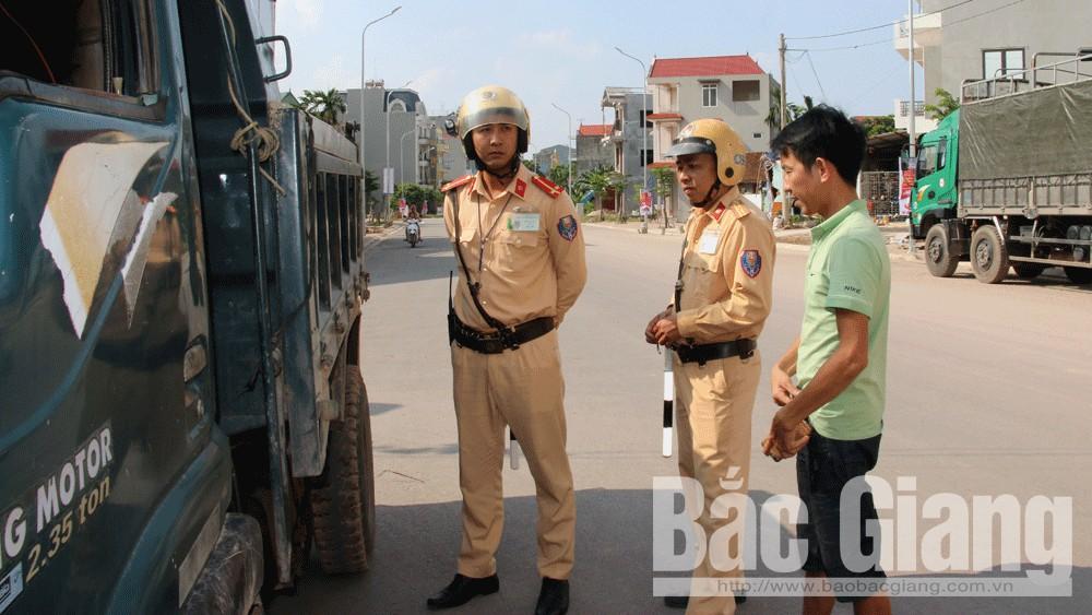 Cảnh sát giao thông Công an TP Bắc Giang kiểm soát xe tải lưu thông trên địa bàn.