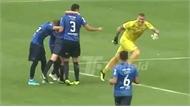 Thủ môn đá phạt ghi bàn không tưởng từ 90 mét