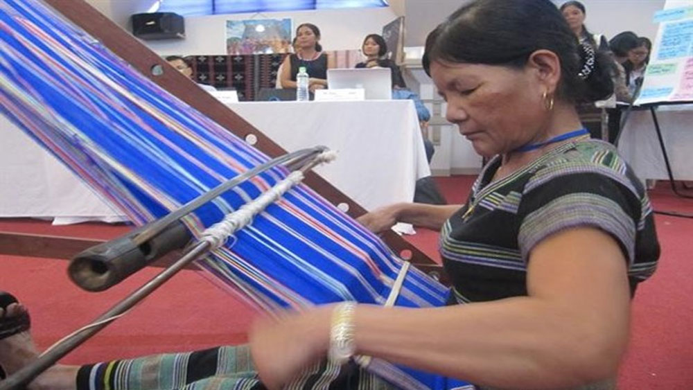 Brocade weaving network revives traditional handicraft