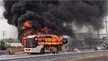 Cháy xe khách trên cao tốc Bắc Giang - Lạng Sơn