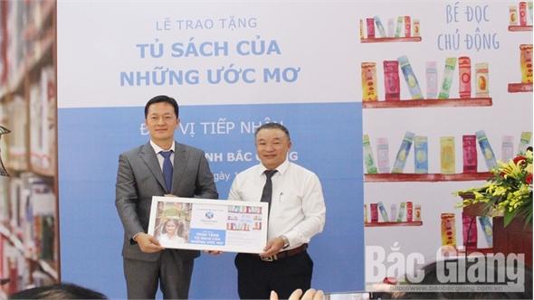 Thư viện tỉnh tiếp nhận và trao tặng  gần 5 nghìn cuốn sách