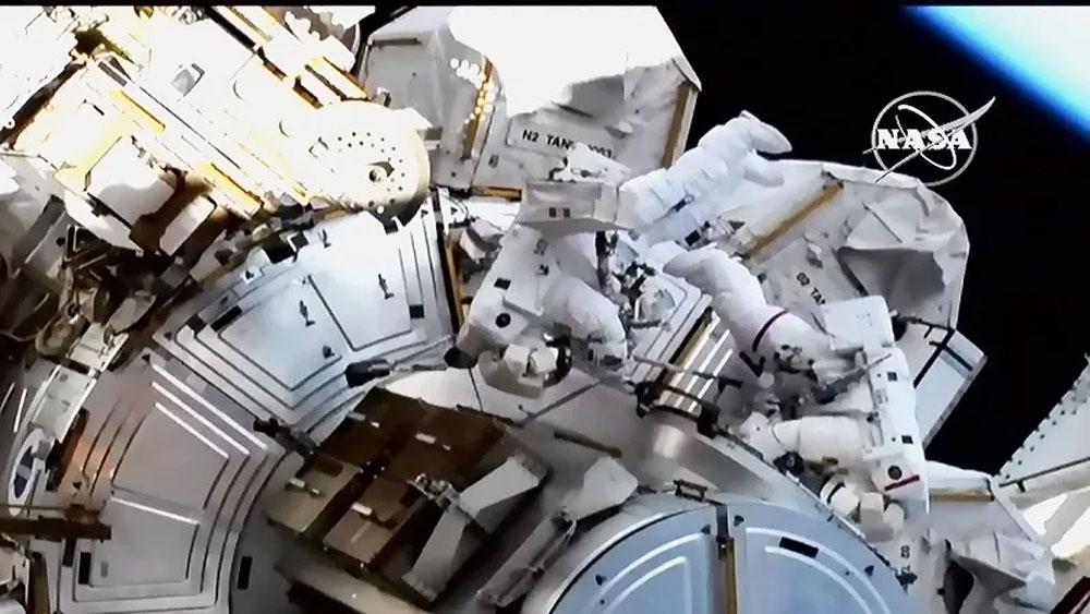 Hai nữ du hành, bước ra ngoài Trạm không gian, chuyến đi lịch sử