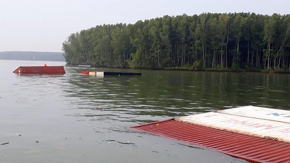 TP Hồ Chí Minh: Chìm tàu chở gần 300 container trên sông Lòng Tàu