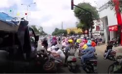 Xe tải ủn hàng loạt xe máy đang dừng chờ đèn đỏ ở ngã tư