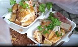 Bánh mì cắt lát trên vỉa hè chợ Bến Thành