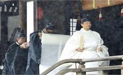Nhật hoàng Naruhito thực hiện nghi lễ đăng quang trong mưa nặng hạt