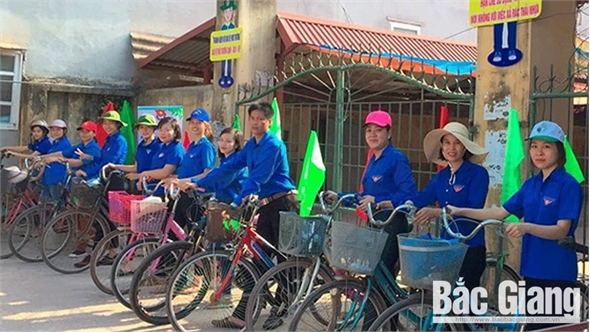 Thanh niên đi xe đạp tuyên truyền bảo vệ môi trường