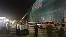 Sập giàn giáo công trình xây dựng, công nhân mắc kẹt và bị thương