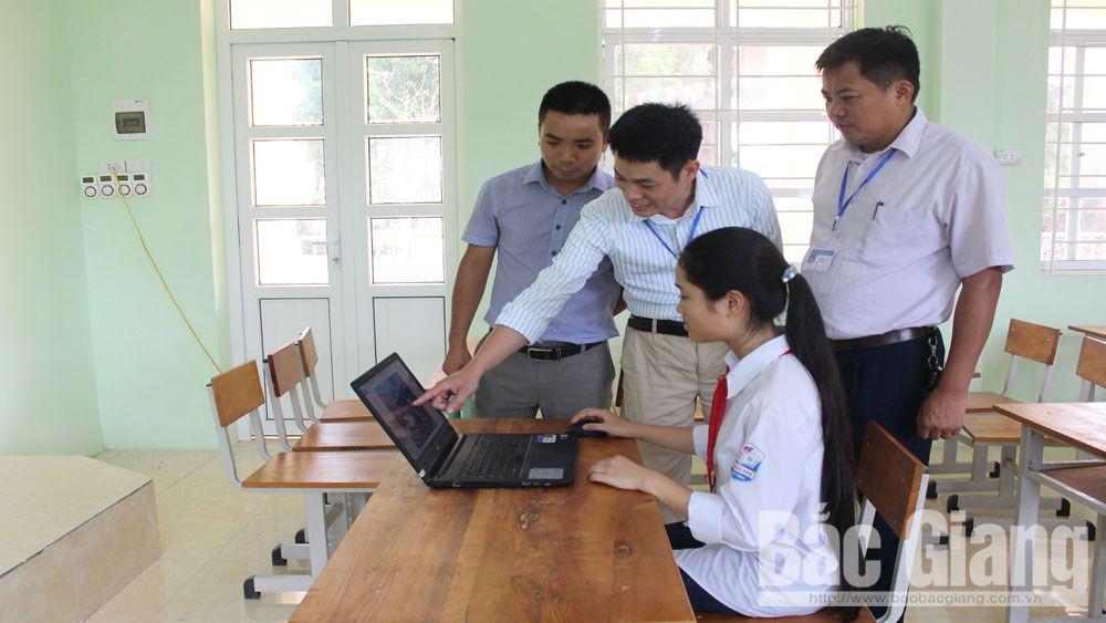 Thầy trò Trường THCS Hoàng Vân (Hiệp Hòa) trao đổi, thiết kế mô hình sáng tạo KHKT.