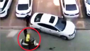 Tài xế ôtô nhờ người đi xe máy 'lùi chuồng'