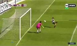 Cầu thủ nữ Argentina ngã ngửa khi phá lưới nhà