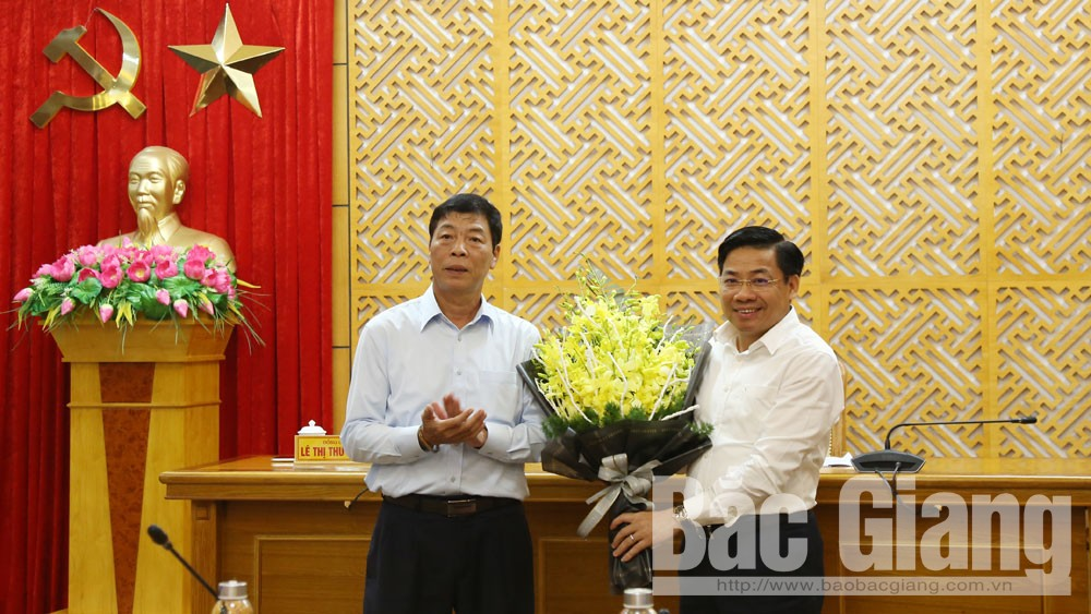 Đồng chí Bùi Văn Hải tặng hoa chúc mừng đồng chí Dương Văn Thái.