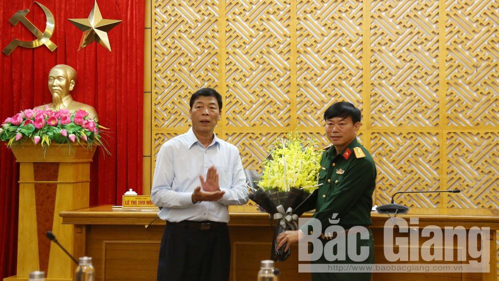 Đồng chí Bùi Văn Hải tặng hoa chúc mừng đồng chí Lê Văn Thắng.