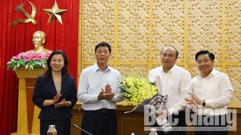 Các đồng chí Bùi Văn Hải, Lê Thị Thu Hồng và Dương Văn Thái chúc mừng đồng chí Nguyễn Văn Linh hoàn thành nhiệm vụ được cấp có thẩm quyền quyết định nghỉ hưu.