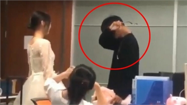 Chàng trai bậc khóc vì được bạn gái tặng hoa tỏ tình