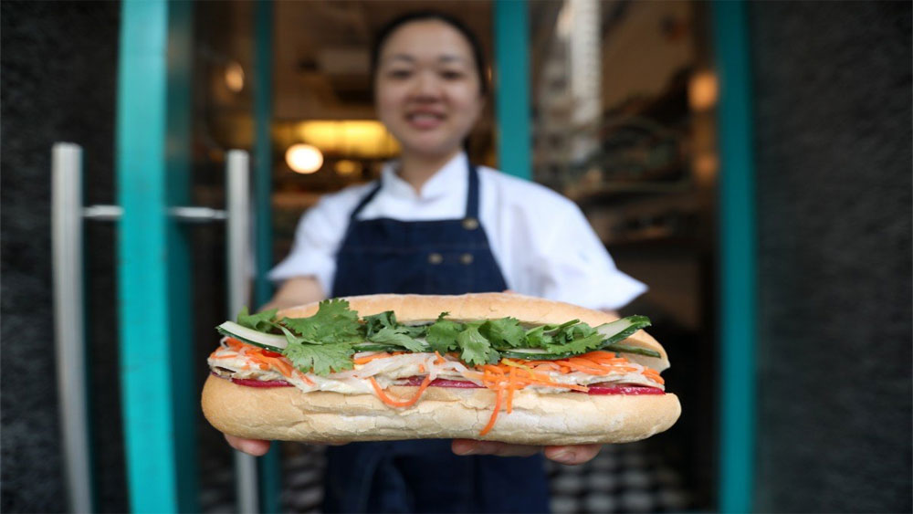 Story of Vietnamese banh mi, foreign newspaper, Hard to resist, Theign Yie Phan, head chef, Vietnam's super sandwich