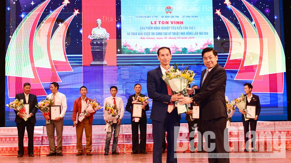 Đồng chí Dương Văn Thái trao Giấy chứng nhận cho tác giả đoạt giải Nhất Cuộc thi Sáng tạo kỹ thuật nhà nông lần thứ VIII, năm 2019.