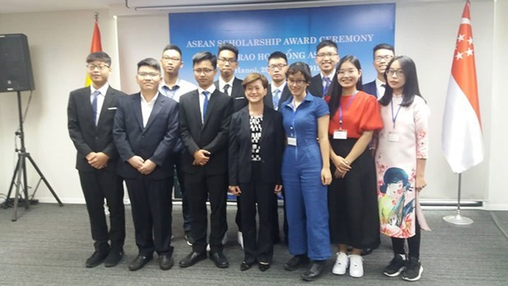 Singapore presents ASEAN Scholarships to Vietnamese students
