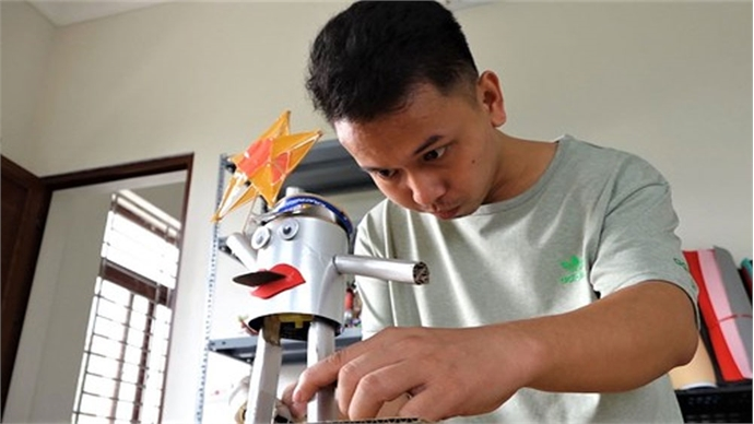 Hanoi man creates animal shapes from recycled materials