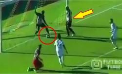 Cầu thủ ngơ ngác vì bị đồng đội cướp bàn thắng