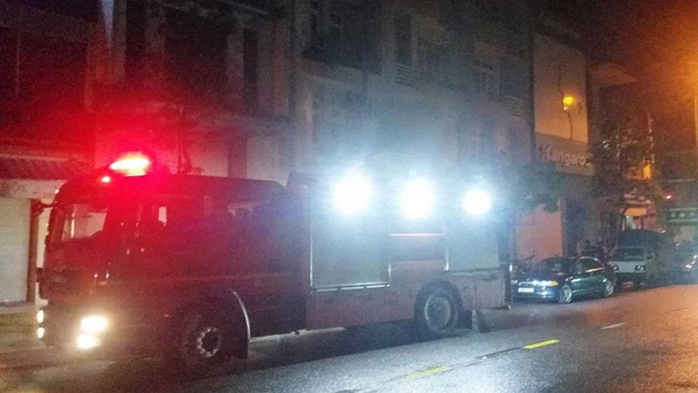 Cứu 3 người mắc kẹt, đám cháy cửa hàng điện máy
