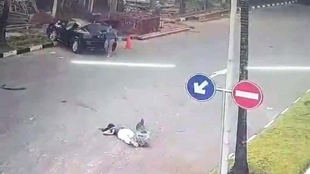 Ôtô mất lái đâm gục người phụ nữ chạy bộ giữa đường