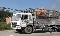 Xe tải cháy ngùn ngụt khi đang chạy, tài xế đạp cửa thoát thân