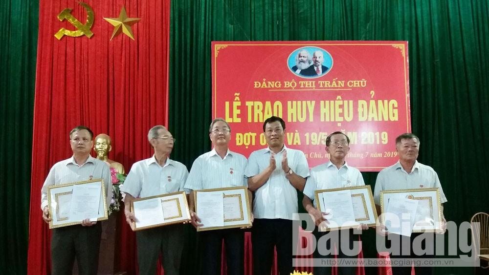 lục ngạn, trao huy hiệu đảng, 104 đảng viên được trao tặng Huy hiệu Đảng dịp kỷ niệm 102 năm cách mạng tháng Mười Nga 7- 11