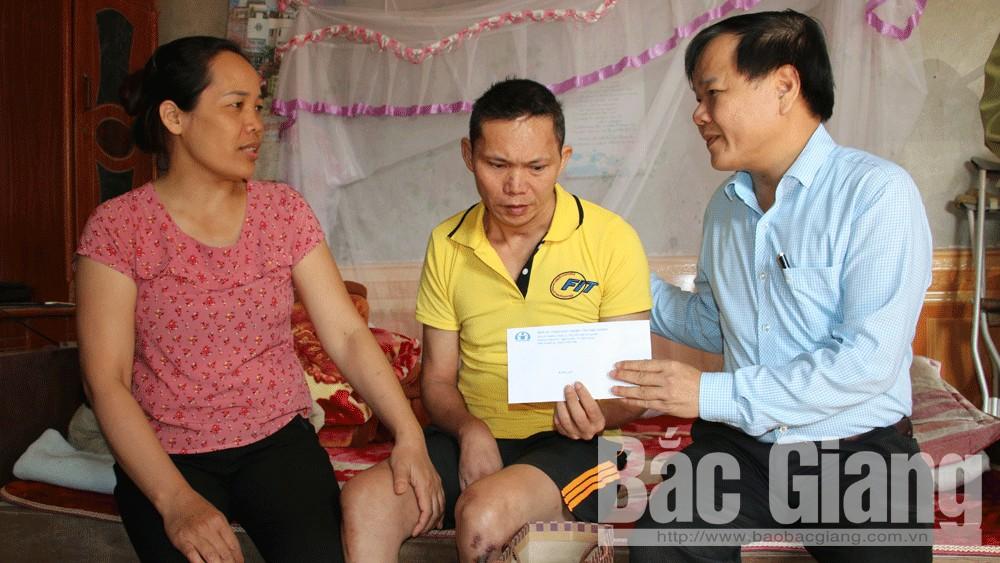 Thăm, tặng quà nạn nhân tai nạn giao thông tại huyện Tân Yên