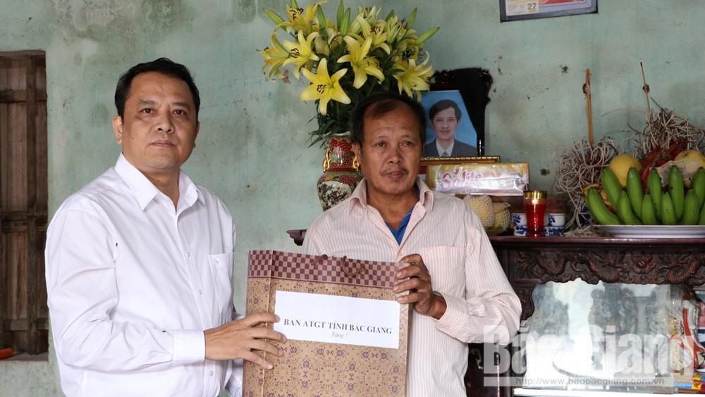 Thăm, tặng quà các gia đình nạn nhân bị tai nạn giao thông tại huyện Hiệp Hòa
