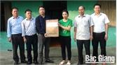 Thăm, tặng quà gia đình có nạn nhân tử vong do tai nạn giao thông ở Yên Thế