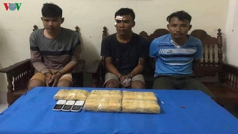 Bắt 3 người Lào, vận chuyển, 30.000 viên ma túy vào Việt Nam