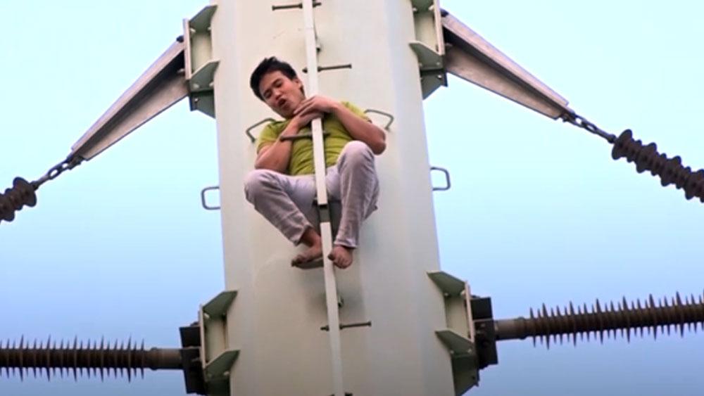 Nam thanh niên cố thủ trên cột điện cao thế