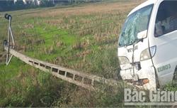 Lạng Giang: Ô tô đâm đổ cột điện