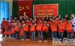 Tặng quà, khám bệnh cho 230  học sinh Trường Tiểu học Vân Sơn (Sơn Động)