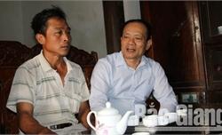 Phó Chủ tịch Thường trực UBND tỉnh Lại Thanh Sơn tặng quà gia đình nạn nhân TNGT