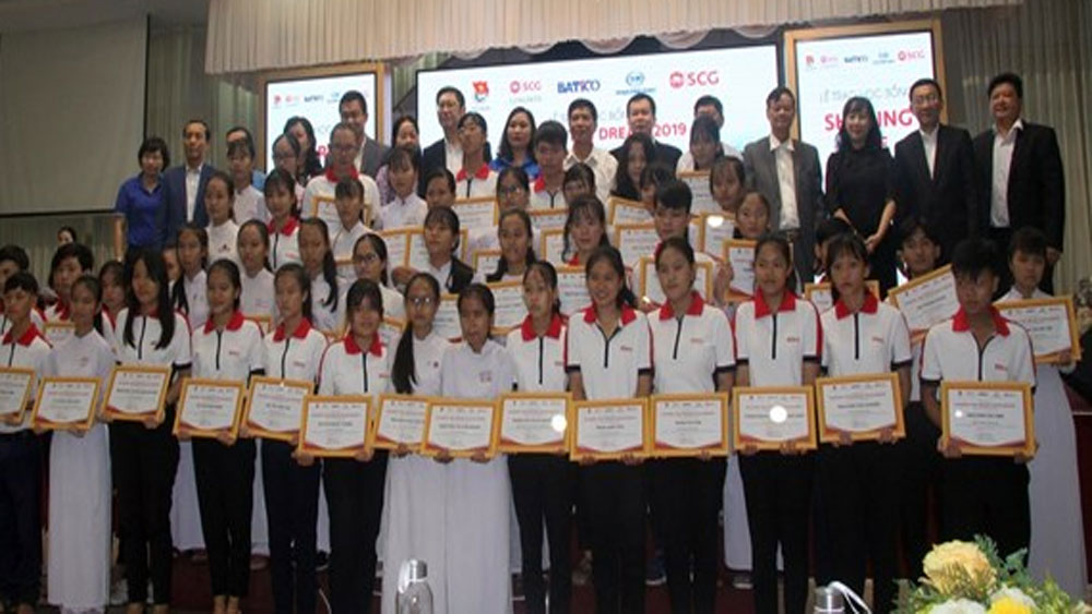 Thai firm, presents scholarships, needy Vietnamese students, SCG group,  Sharing the Dream scholarships,   high school students
