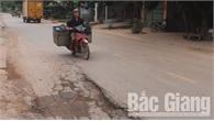 Bắc Giang: Quốc lộ 17 đoạn qua xã Tân Trung (Tân Yên) có điểm sụt lún, nguy cơ xảy ra tai nạn